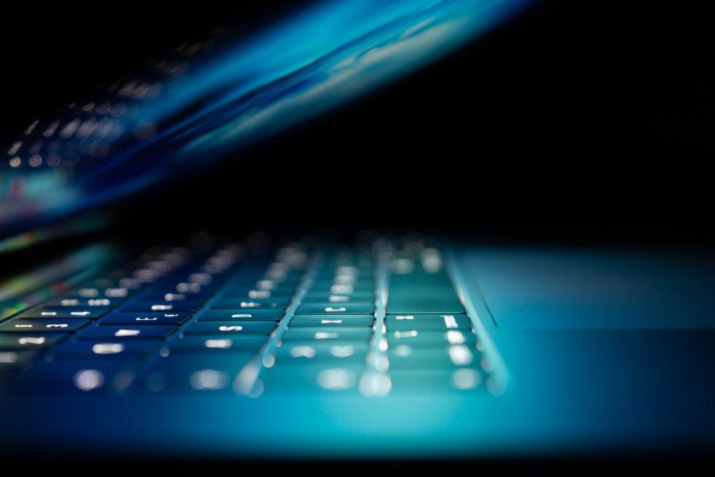 Le cabinet assisteles auteurs et victimesd'infractions pénales commises via internet (revenge-porn, cyberharcèlement escroquerie, phishing, piratage, ...).