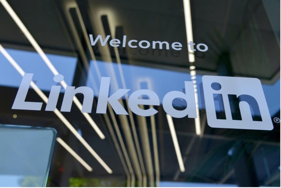 Une femme victime d'usurpation d'identité sur Facebook et LinkedIn : les faux comptes supprimés